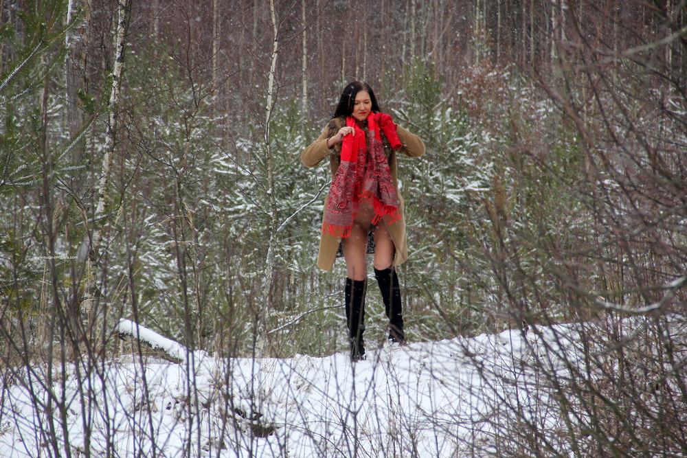 Дарья разделась зимой на прогулке