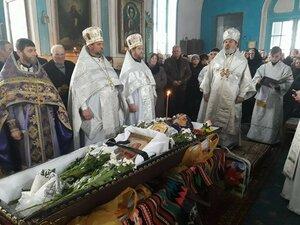 Liturghie funerară în satul Dumbrăvița