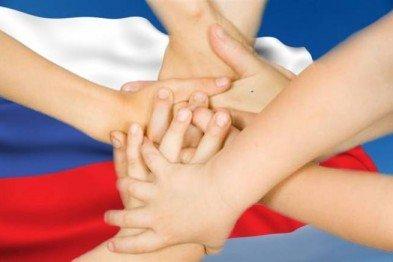 Открытка. День народного единства. Руки на фоне флага открытки фото рисунки картинки поздравления