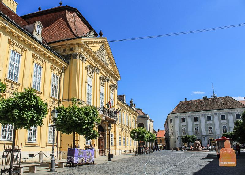 здание Епископского дворца украшает одну из главных площадей города