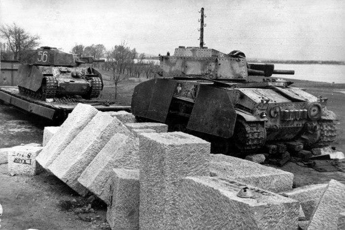 Два венгерских средних танка 40M Туран, брошенных на железнодорожной платформе недалеко от Вены. Мар