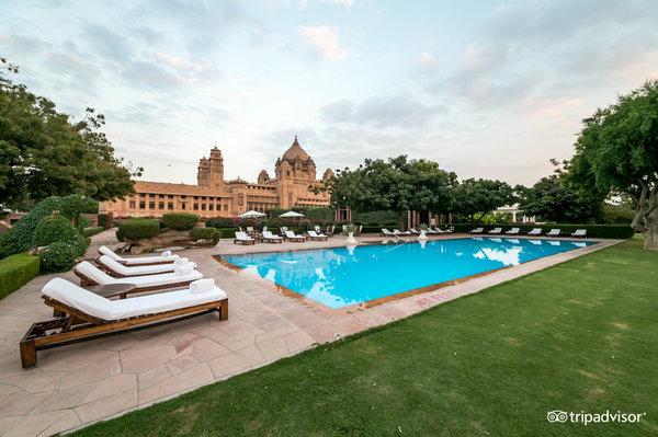 На третьем месте оказался настоящий отель-дворец Umaid Bhawan Palace в Джодхпуре (Индия). Здесь за н
