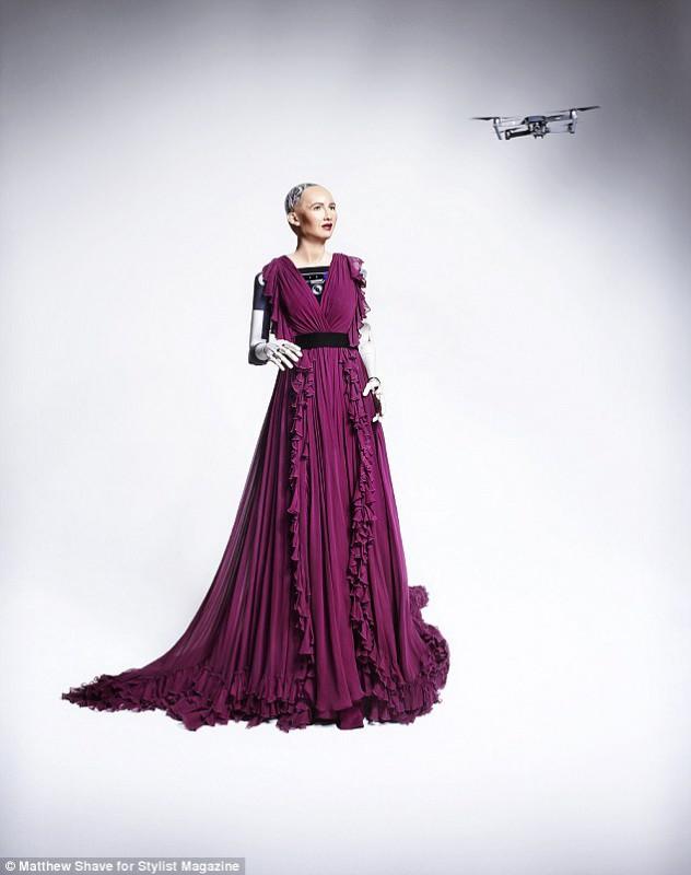 Эволюция глянца: впервые обложку модного журнала украсила робот София (2 фото)