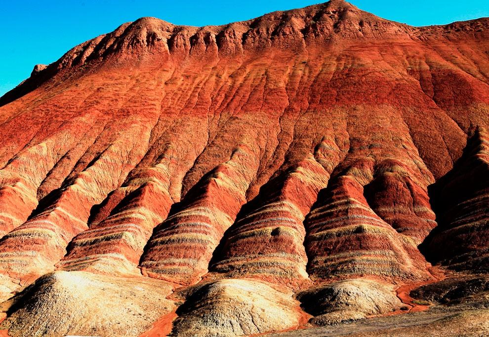 Разноцветные горы в Китае сформировались из песчаников красного цвета и конгломератов Мелового перио