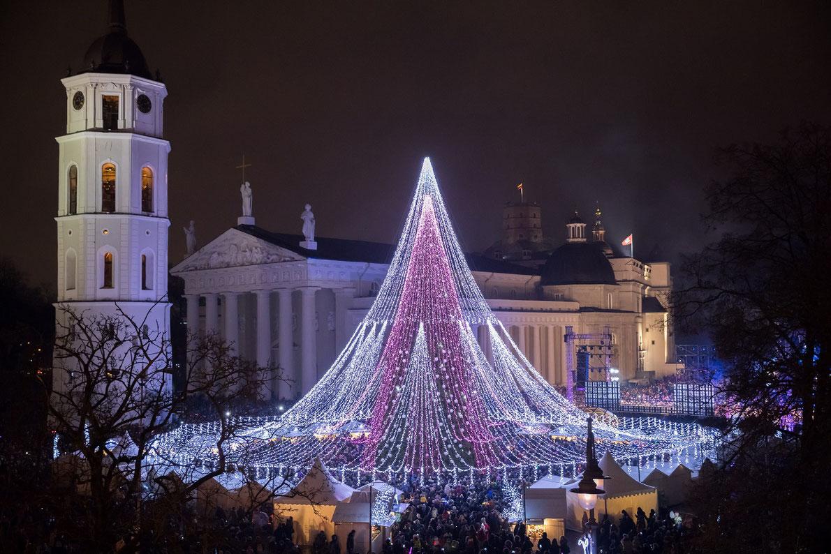 Рождество в Европе: самые красивые городские елки и праздничные ярмарки (13 фото)