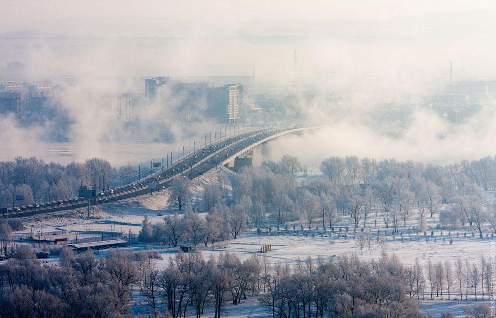 Октябрьский мост , соединяет Ленинский и Советский районы. (Фото Виталия Раскалова):