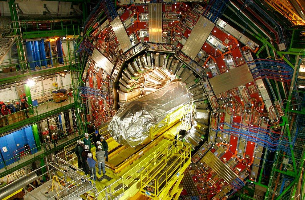Монтаж кольцевого ускорителя в подземном тоннеле, 1 ноября 2007 года. (Фото Maximilien Brice | © 201