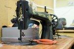 Старая швейная машинка справляется даже с самыми плотными тканями.JPG