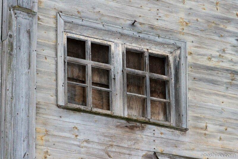 Окна XIX века в Ильинской церкви, Саминский погост, Вологодская область