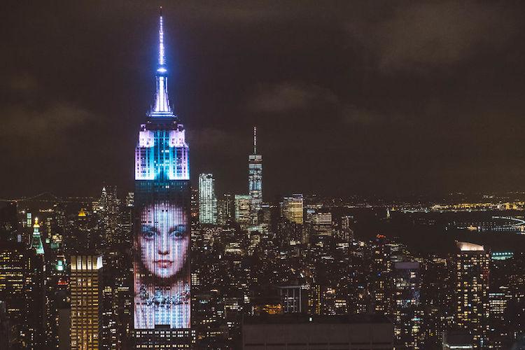 A Harper's Bazaar projetou fotos de suas capas no Empire State Building