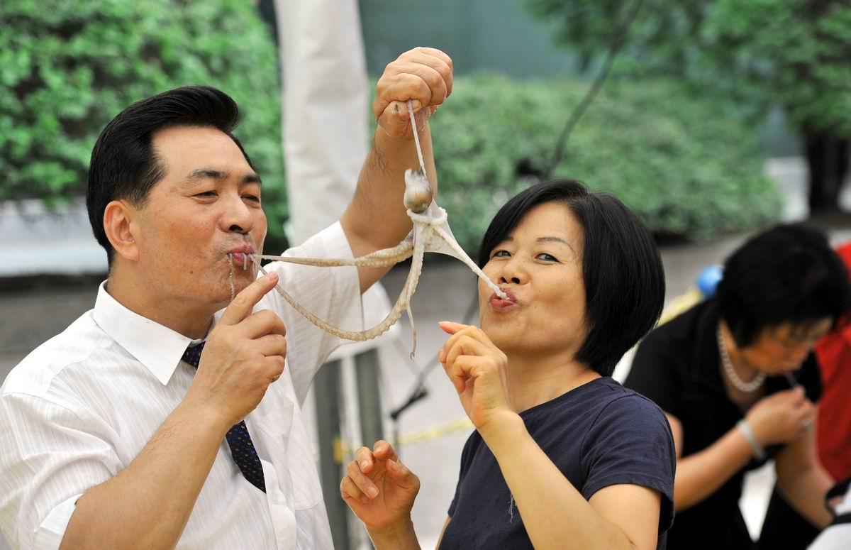 Вдвоем получится быстрее: На южнокорейском конкурсе поедания живых осьминогов семейными парами