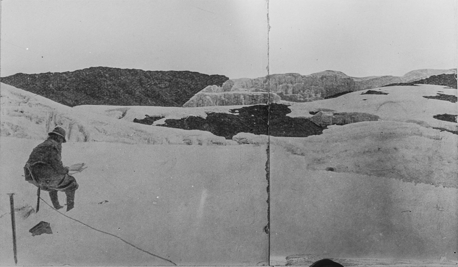 04. Эрнст Платц во время пленера на снежном кратере Кибо