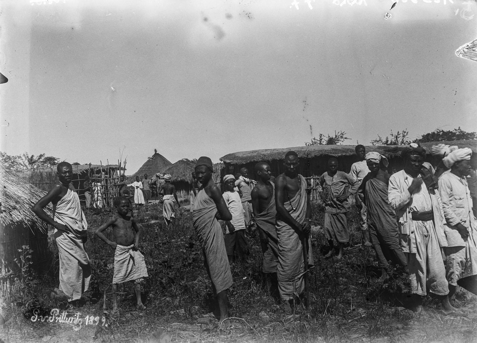 14. 1899. Жители деревни в поле
