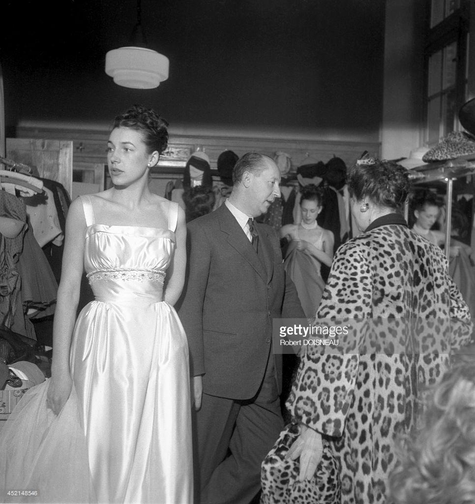 1947. Кристиан Диор во время зимнего показа моды