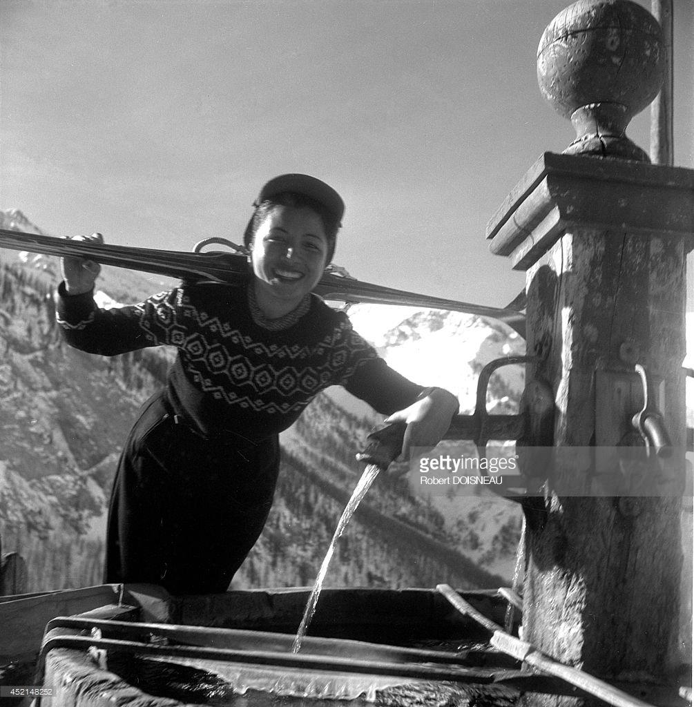 1947. Лыжница возле фонтана в деревне Сен-Веран, Верхние Альпы.jpg