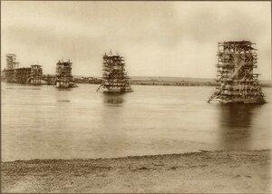Строительство моста через р.Зею в Алексеевске. Начало сборки ферм