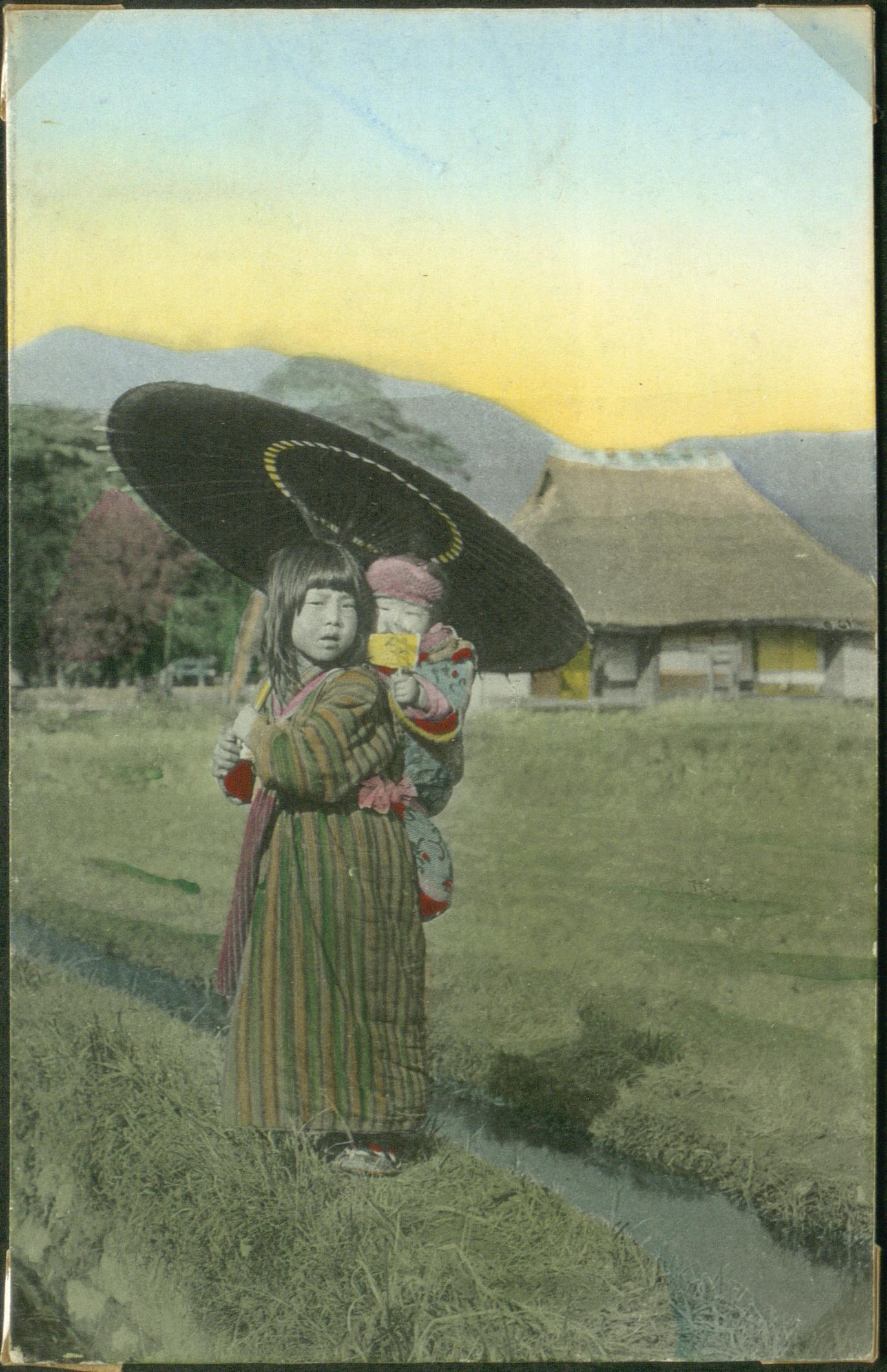 Маленькая девочка с ребенком на спине