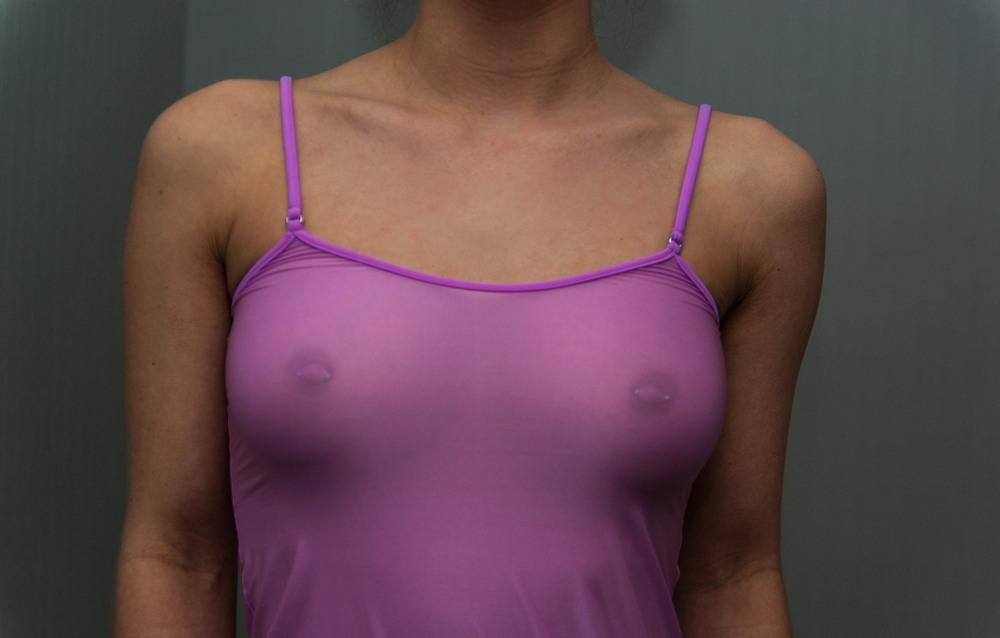 Девушки в мокрой и просвечивающей одежде