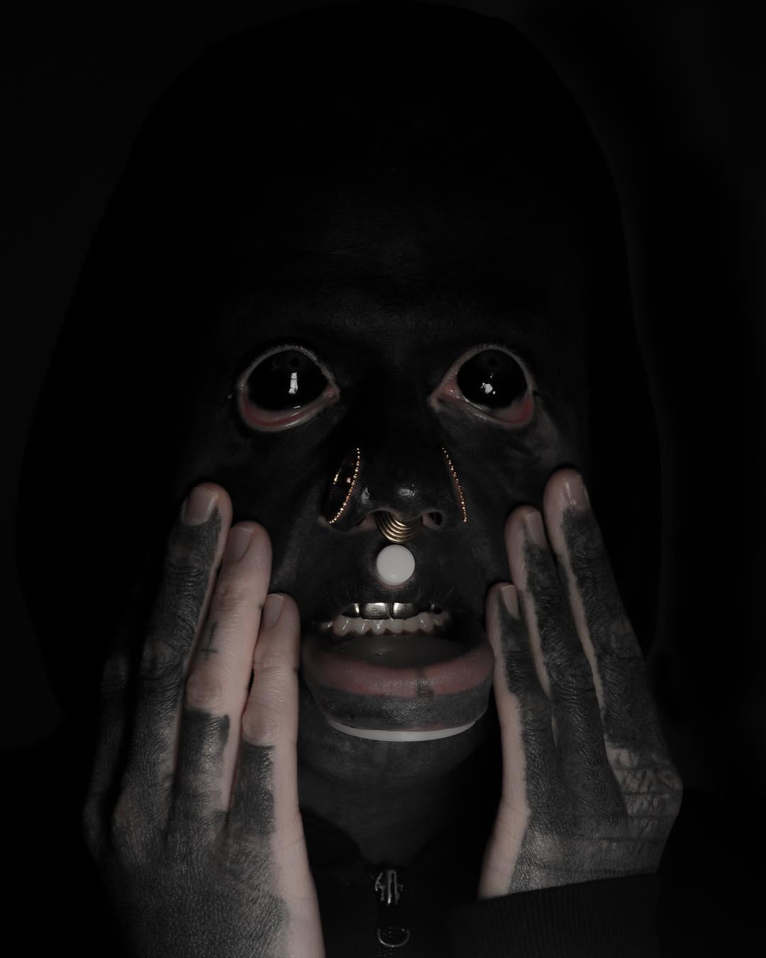 Татуировщик решил покрыть все тело черной краской