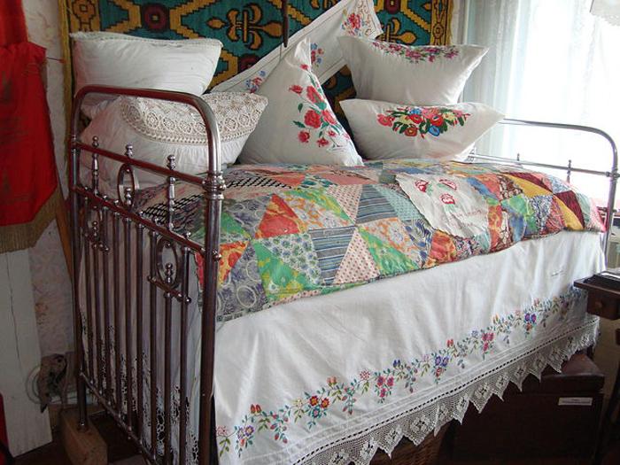 Кровать с кружевными подзорами
