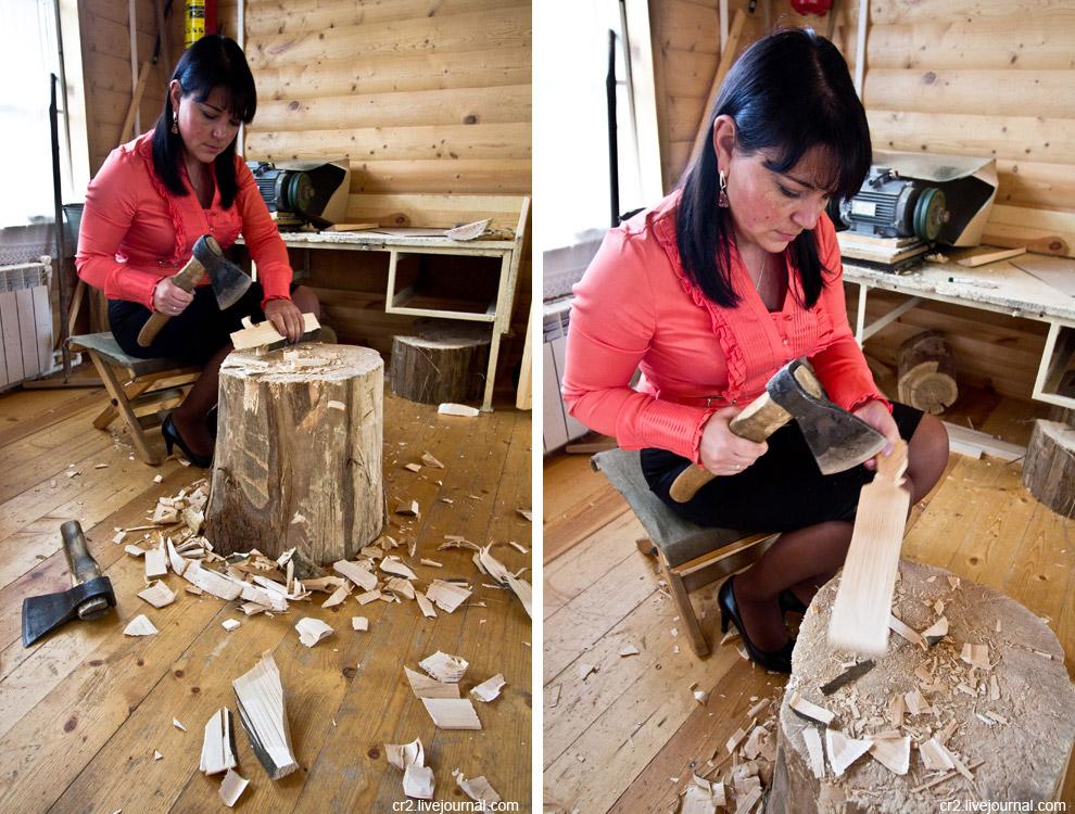 Заготовку изделия сначала вырубают топором или выпиливают ножовкой по шаблону: