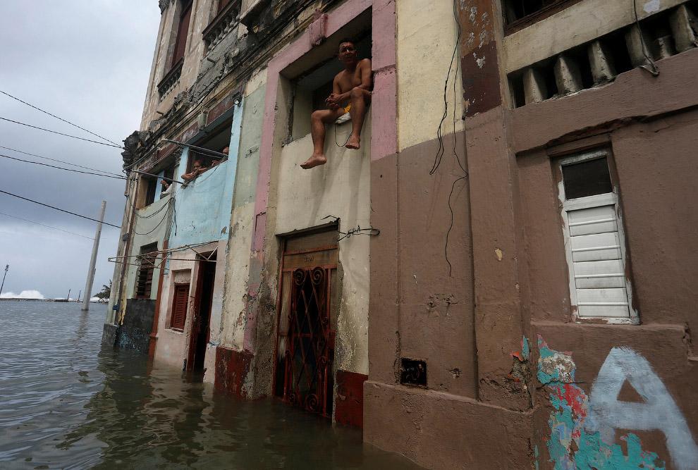 22. В кубинской столице проще было плавать. (Фото Yamil Lage):