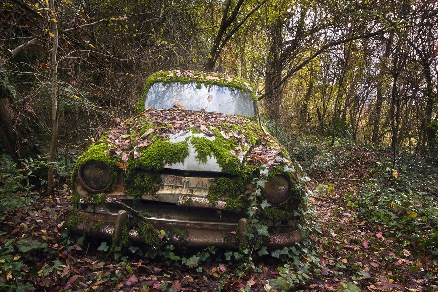 Покинутый автомобиль.