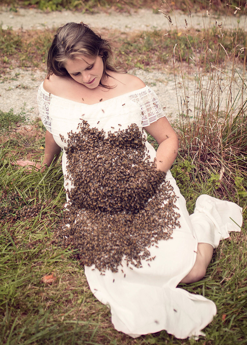 Чтобы привлечь к себе весь рой, Эмили взяла королеву, за которой последовали остальные насекомые.