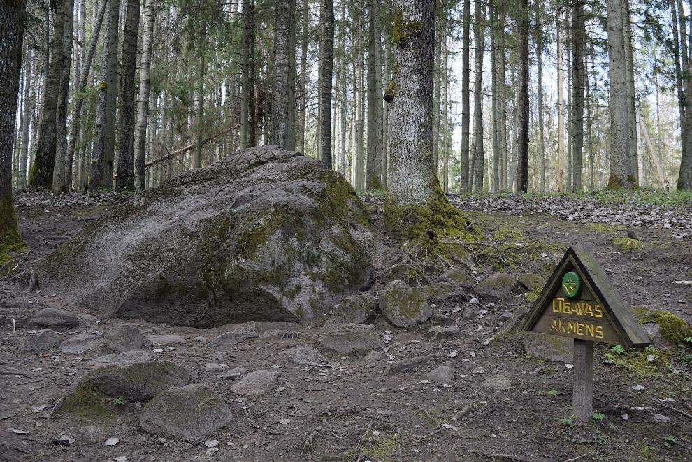 Геологи в осторожных выражениях объясняют природу аномалии строением геологического массива, а может