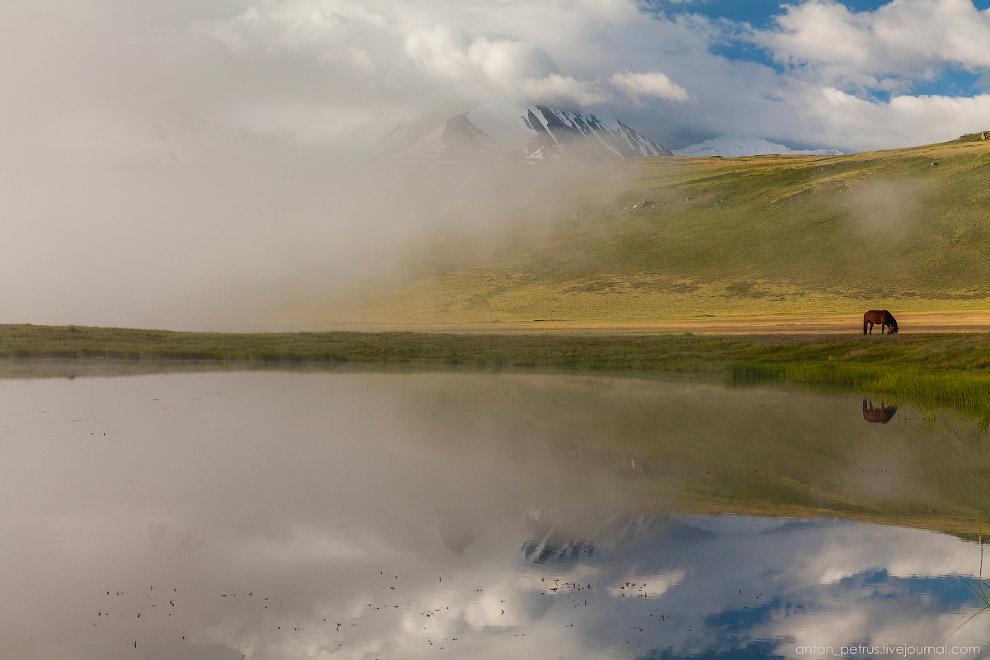 8. Наконец открылись горы, стали видны снежные склоны среди клочьев белоснежного тумана. Озеро продо