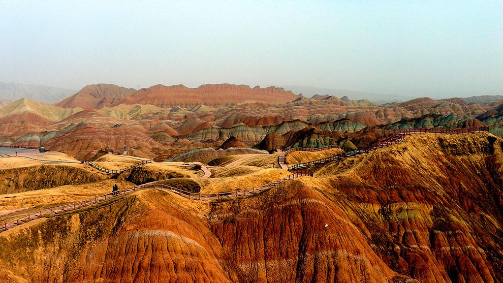 Разноцветные горы в Китае