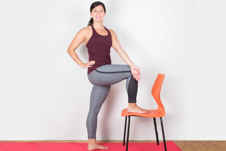 Встаньте лицом к сиденью стула. Согните правую ногу в колене и поставьте ее на сиденье так, чтобы бе