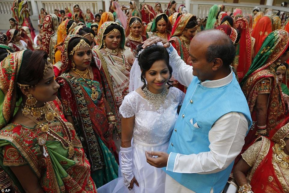 Махеш Савани благословляет невесту-христианку Приянку Гамит.