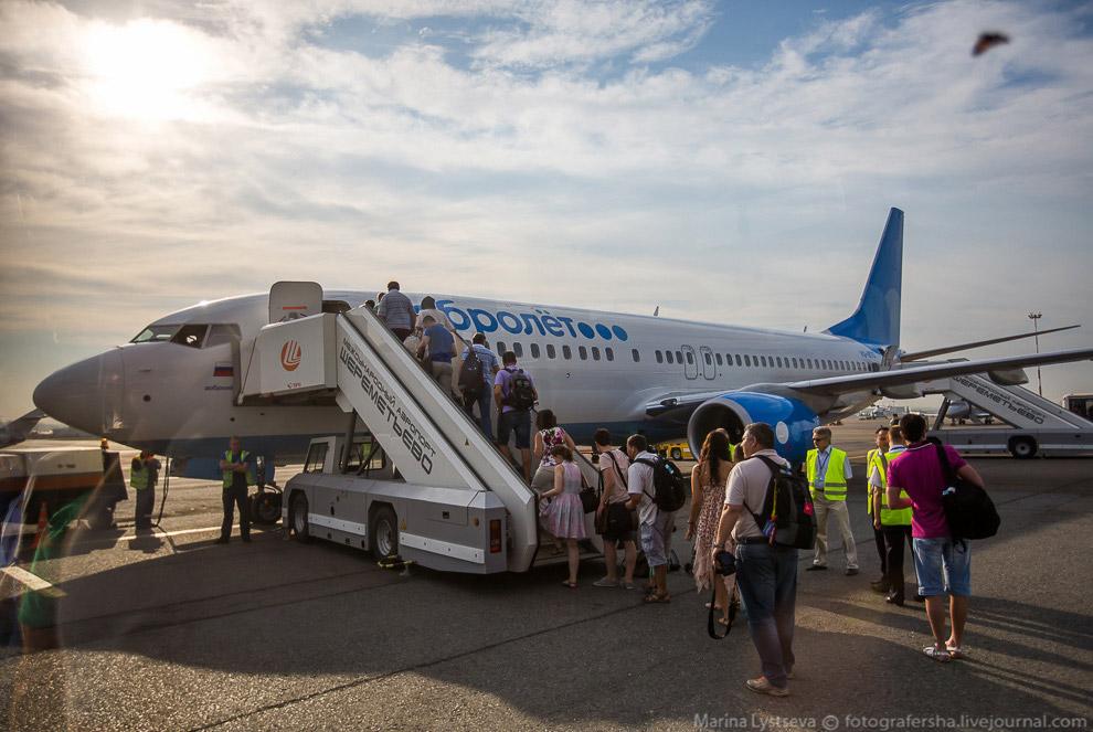 5. На двух автобусах пассажиров довозят до самолета. Причем в первом автобусе пассажиры, которые сид