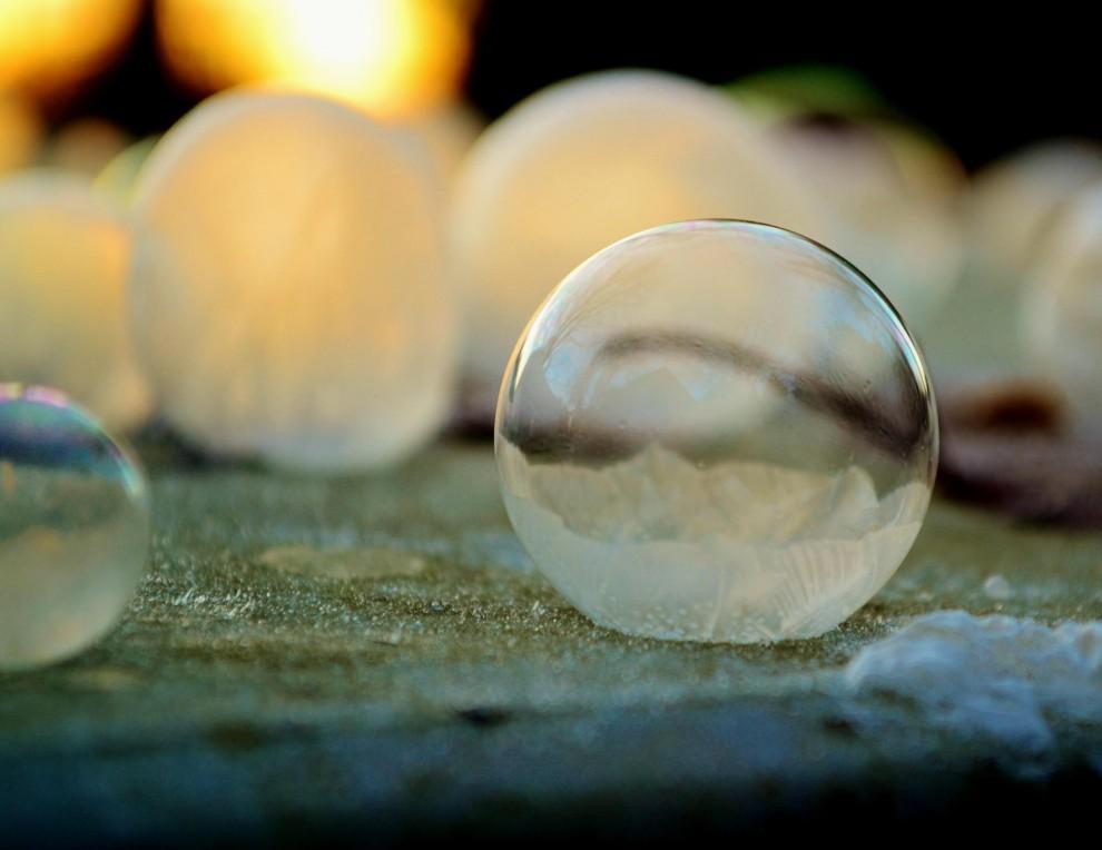 Хрустальные шары: Девушка фотографирует мыльные пузыри в мороз