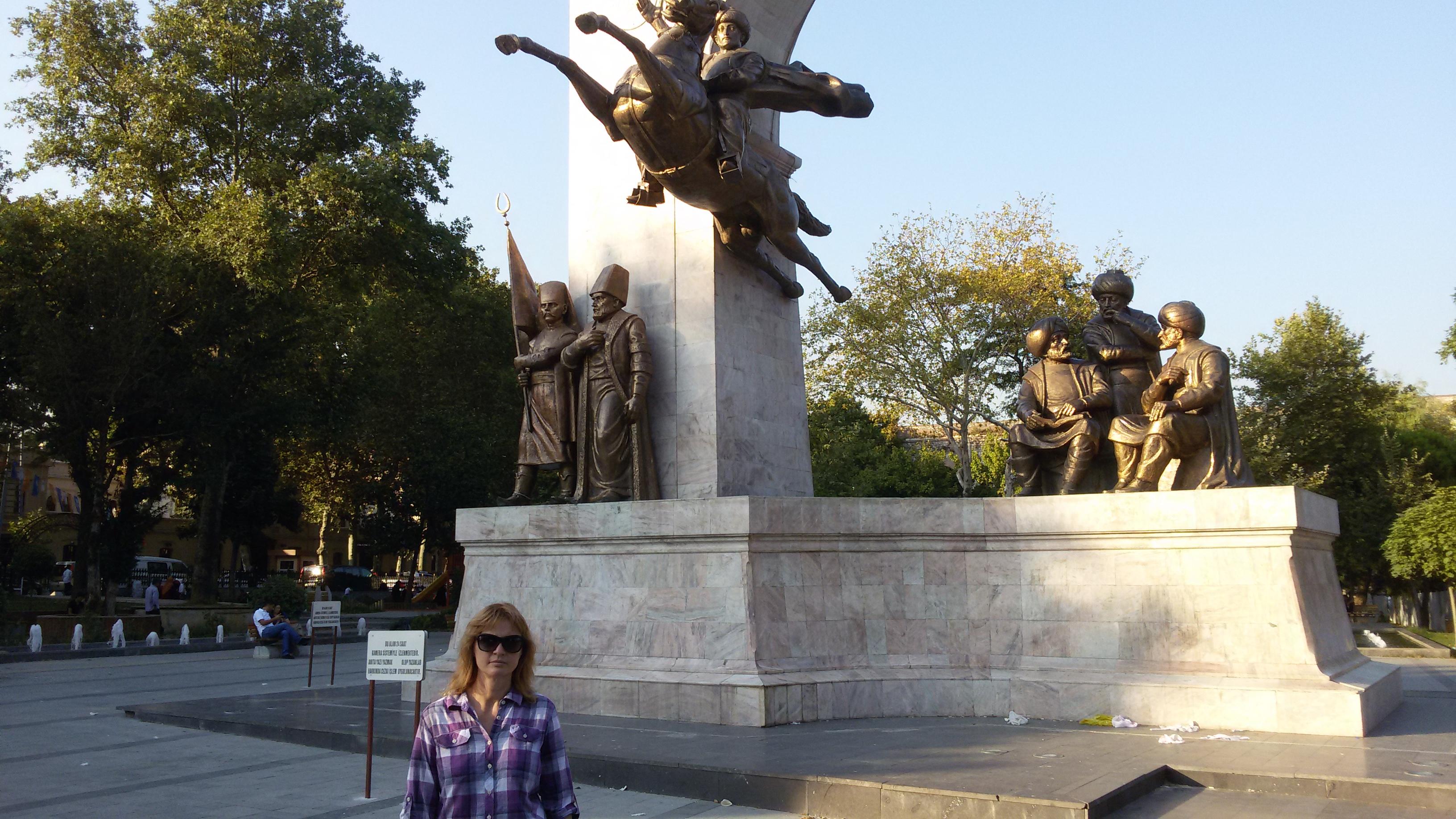 Памятник Роза из двух видов гранита Молодежная заказ памятника на кладбище Каменск-Шахтинский