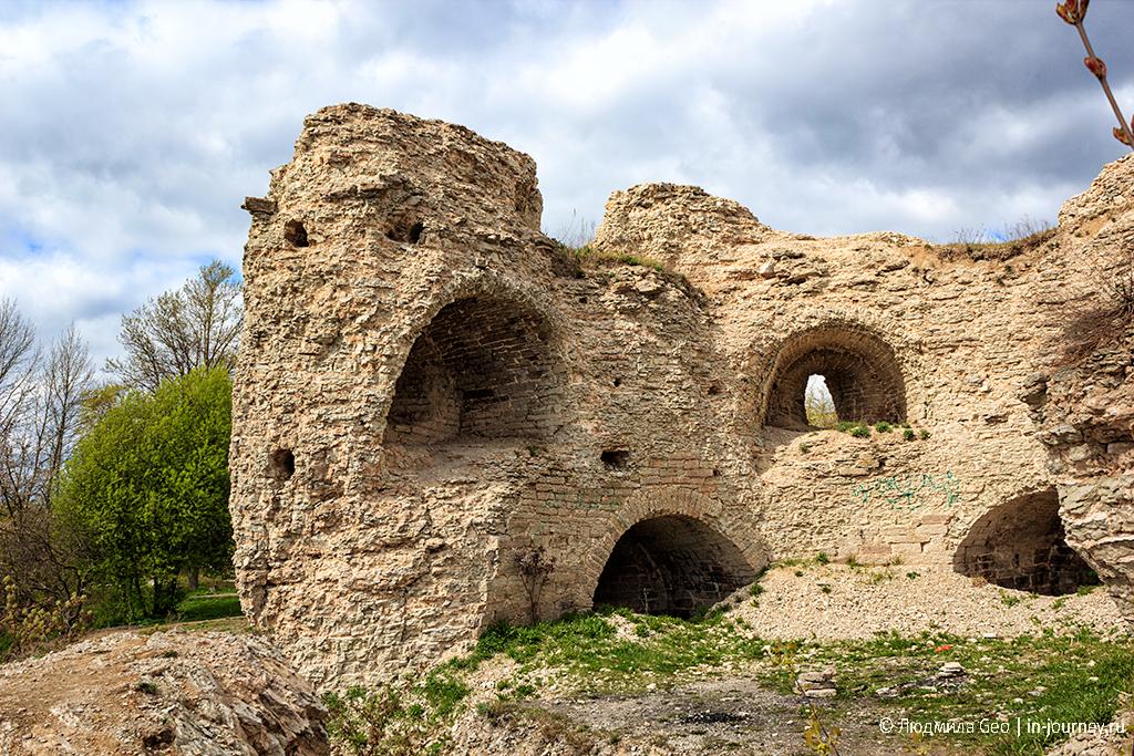 руины в центре Пскова