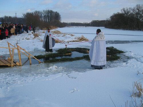 Освящение воды в крещенской проруби