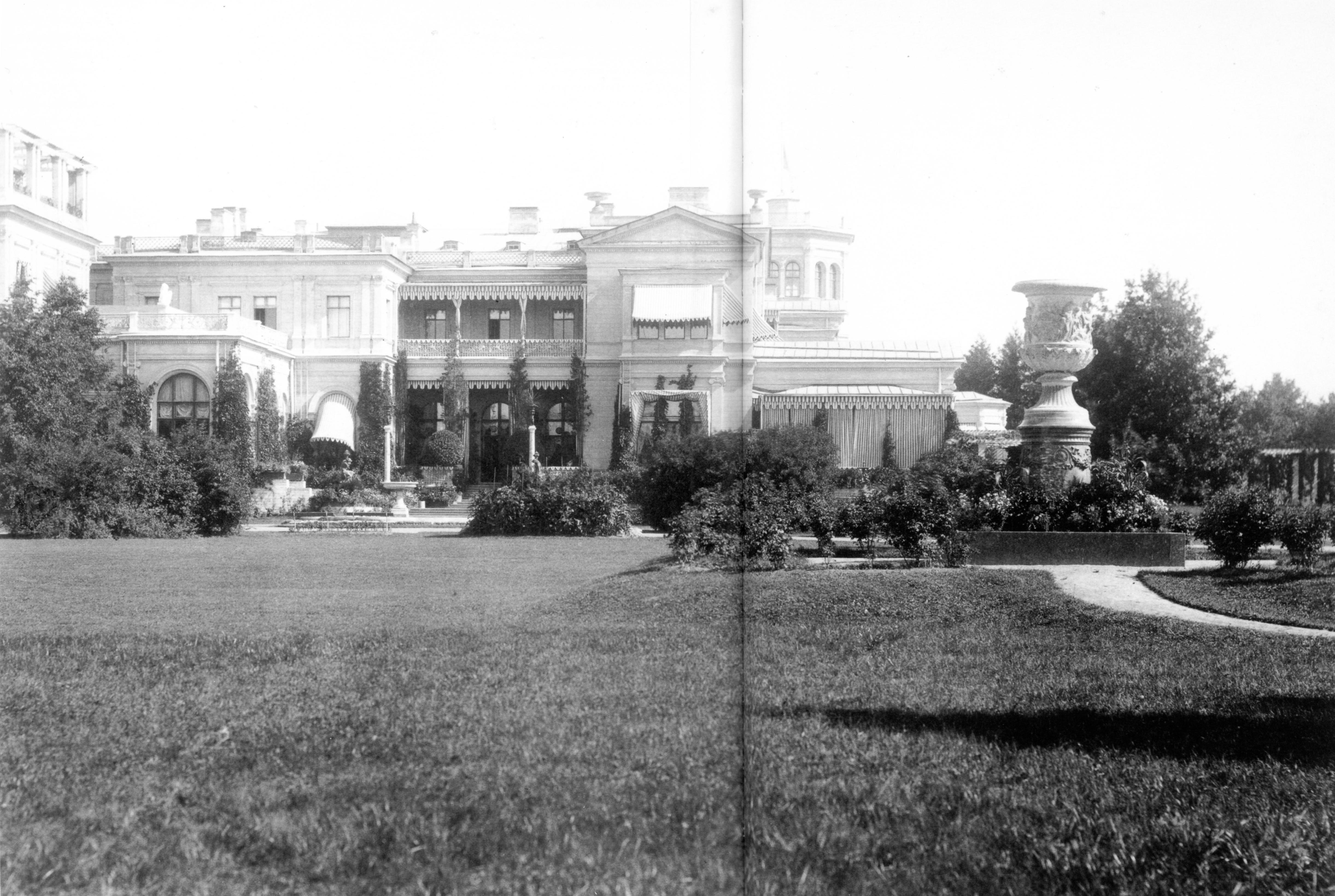 Вид Большого дворца с юго-западной стороны. 1882