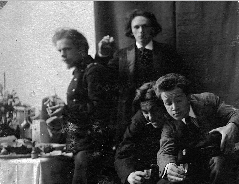 1912. Москва. Сидят В.В. Маяковский. Л.Л. Кузьмин