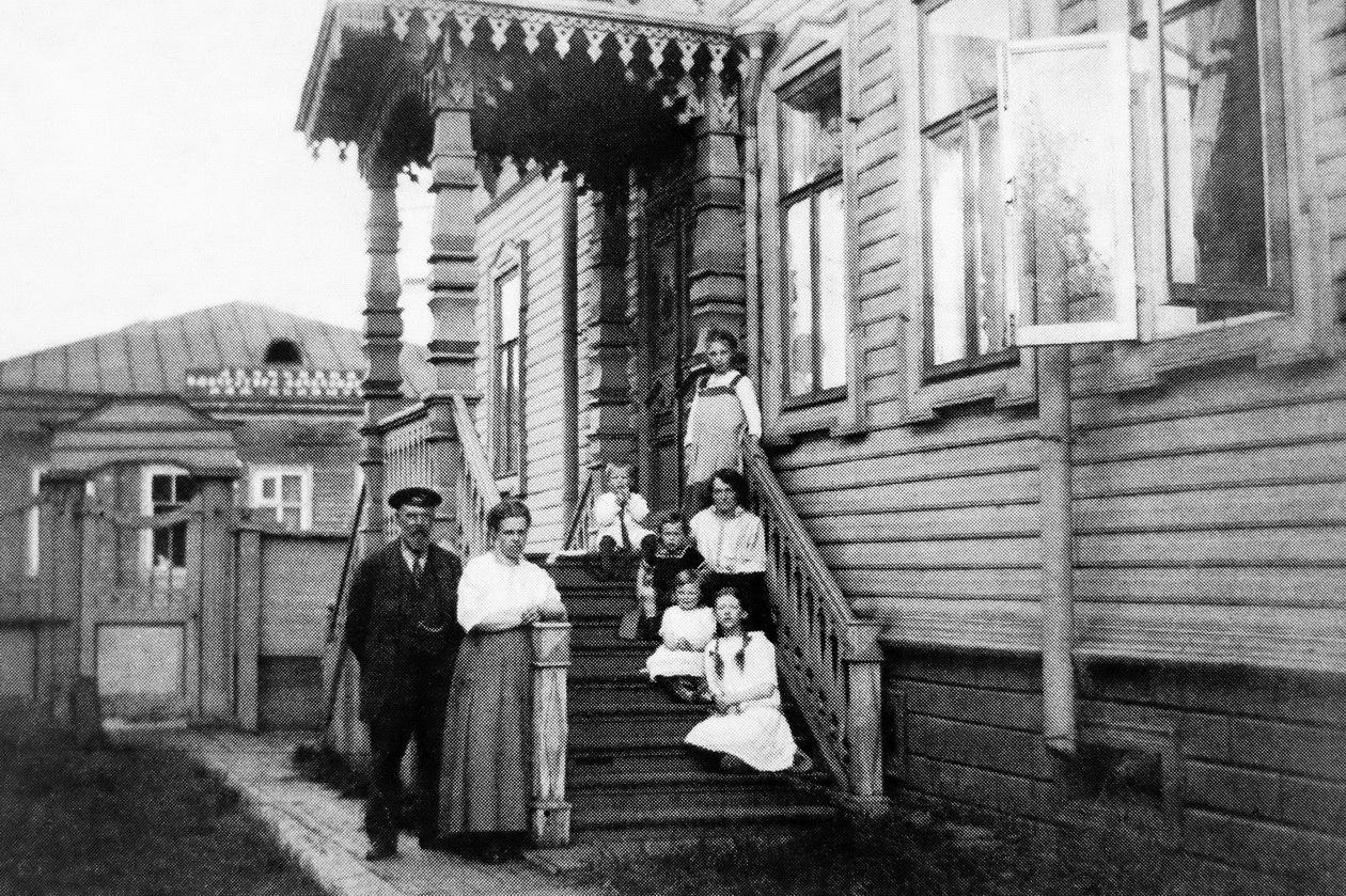 Псковский проспект. Семья Гувелякен у крыльца собственного дома