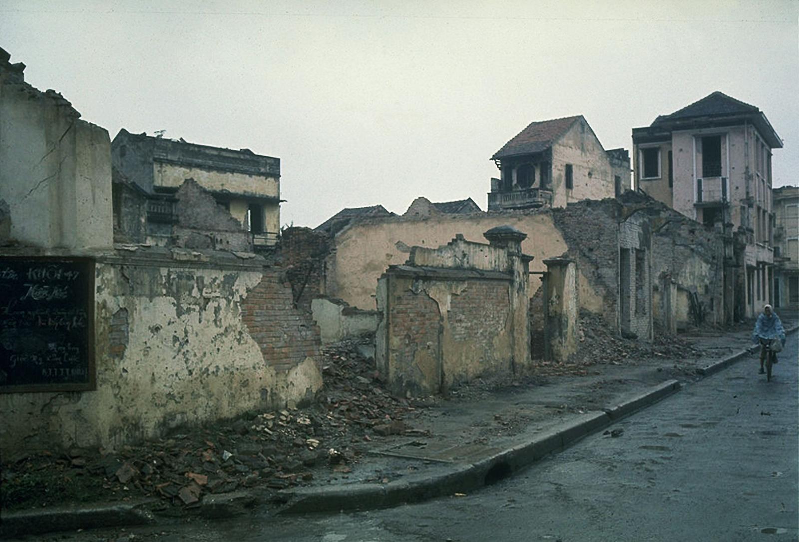 Жилой район Ханоя. Разрушенные дома в результате бомбардировок