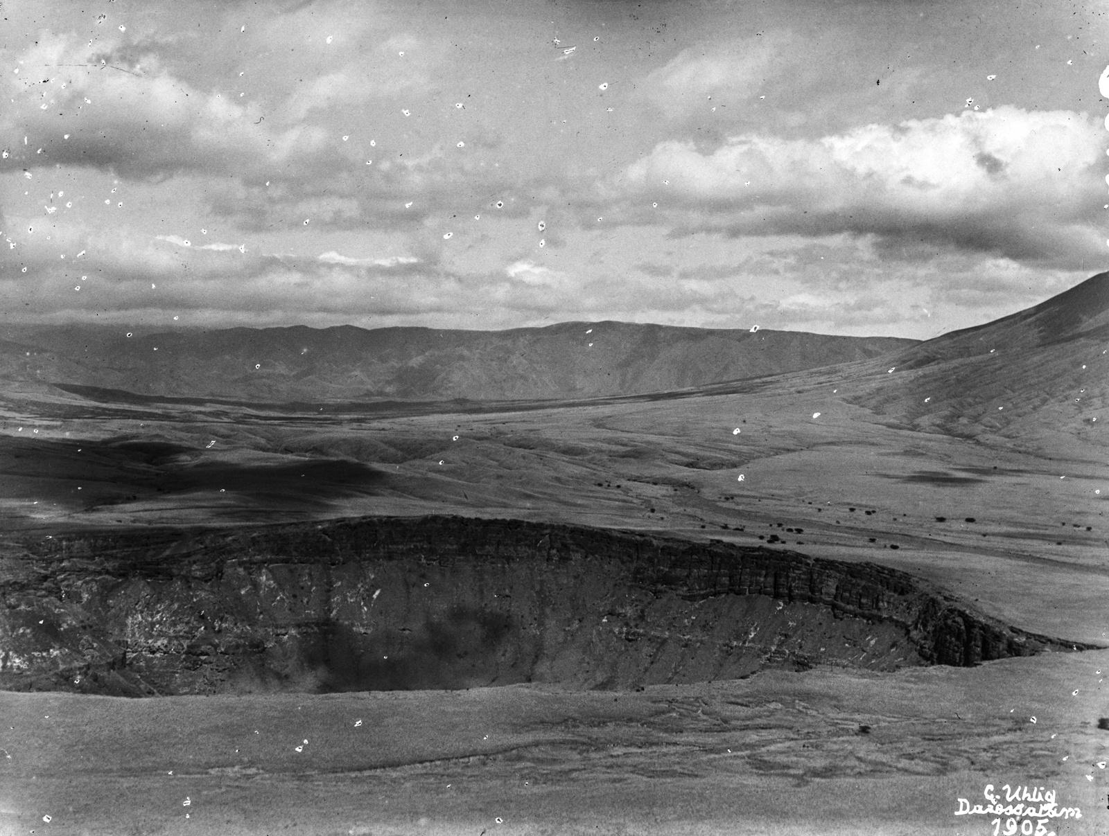 43. Панорама кратера. В левой  вулкан Керимаси, прямо вулкан Ол-Доиньо-Ленгаи