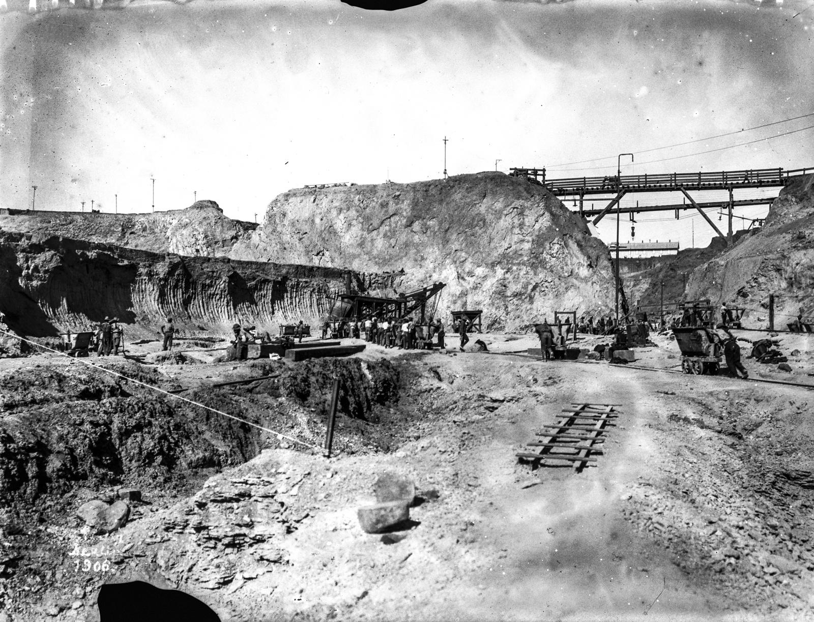 60. Рабочие в шахте