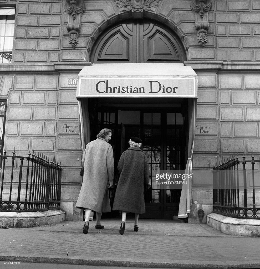 1953. Кармел Сноу, главный редактор американского издания Harper's Bazaar заходит в дом моды Кристиана Диора