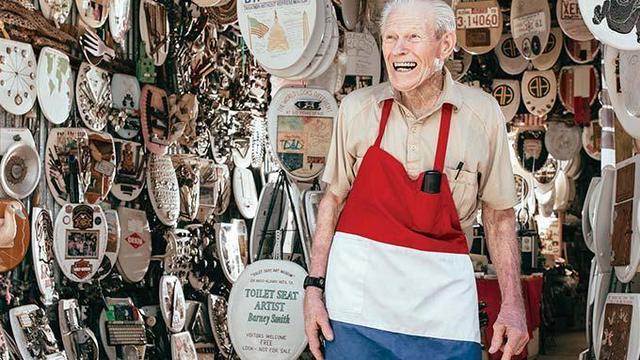 96-летний пенсионер продаёт коллекцию из 1300 крышек на унитаз