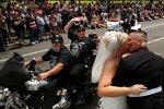 Тим Чемберс (справа) целует свою невесту Лорриан Нейст во время моторалли Rolling Thunder, приуроченного ко Дню памяти американских военнослужащих, погибшим в войнах и конфликтах с участием США. Вашингтон, США, 29 мая 2016 года. Фото: Jonathan Ernst / Reu