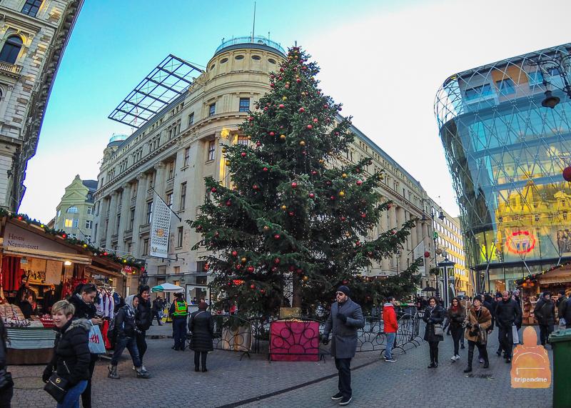 На площади Верешмарти проходит рождественская ярмарка