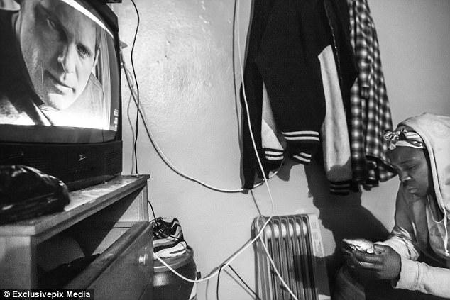 Карен, мать члена банды Kirell и тетя Smokey, смотрит в телефон в своей квартире в Бруклине. Недавно