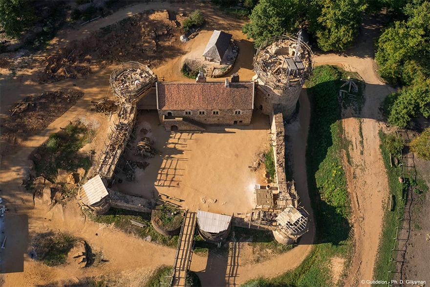 Лошади, лепешки и ни одного штробореза: французы строят замок по технологиям XII века (15 фото)